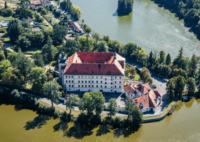 Barokní zámek ve Lnářích